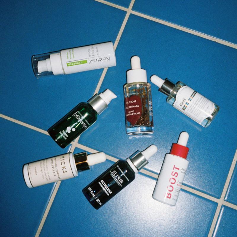 Serumflasker på badegulv