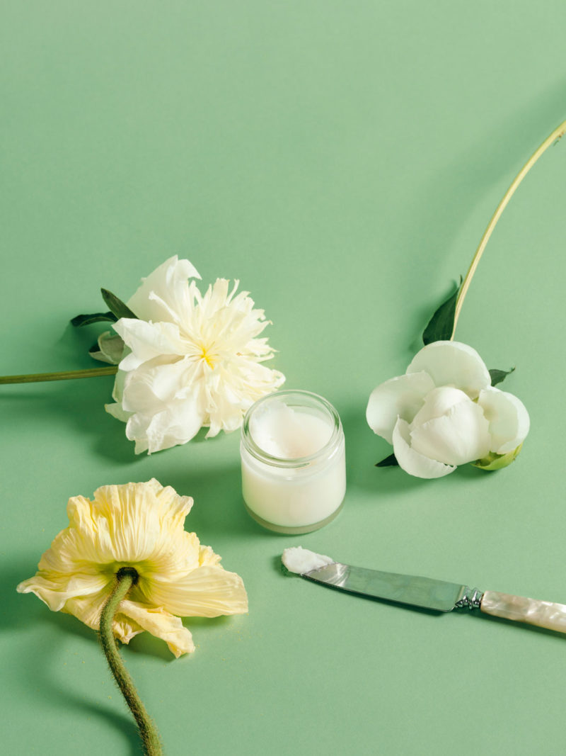 Hjemmelaget deodorant med blomster rundt