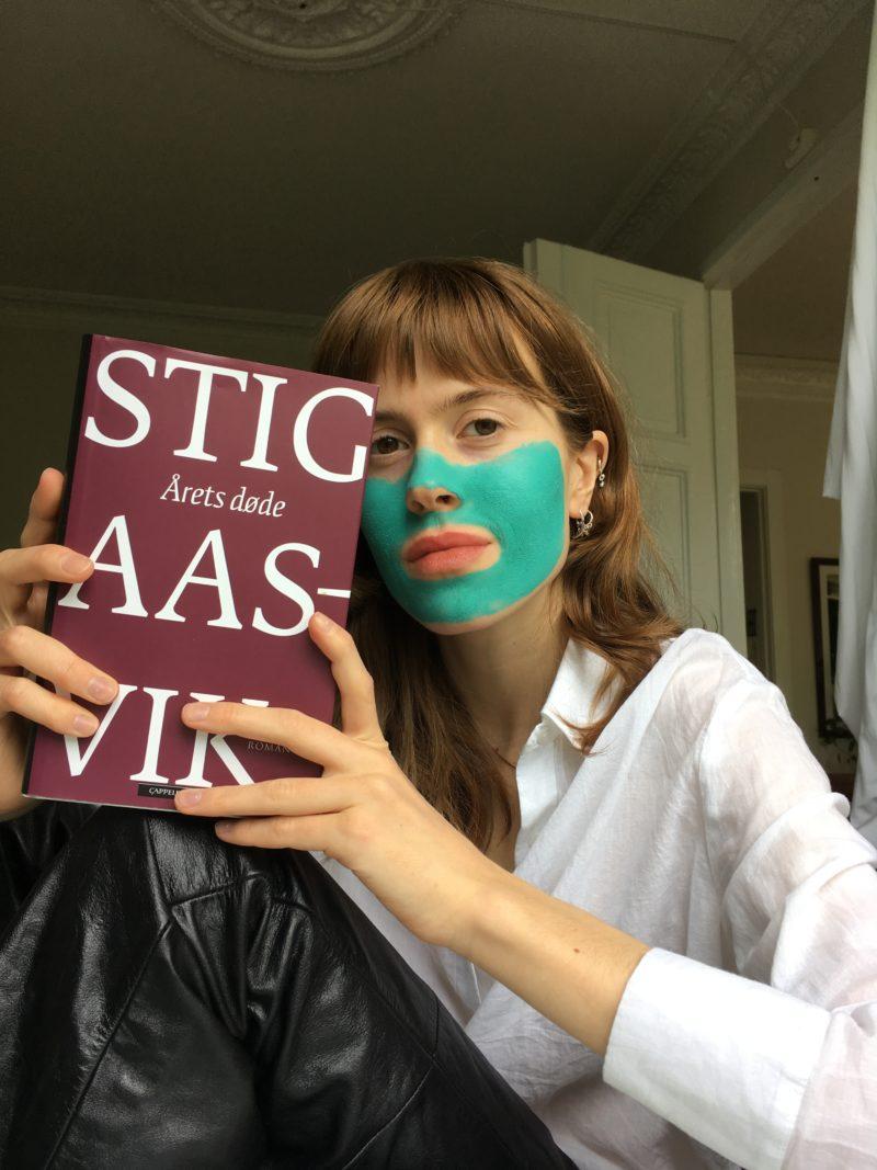 Kristine Ullebø med ansiktsmaske og Stig Aasvik-bok