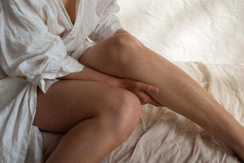 Kvinneben på seng