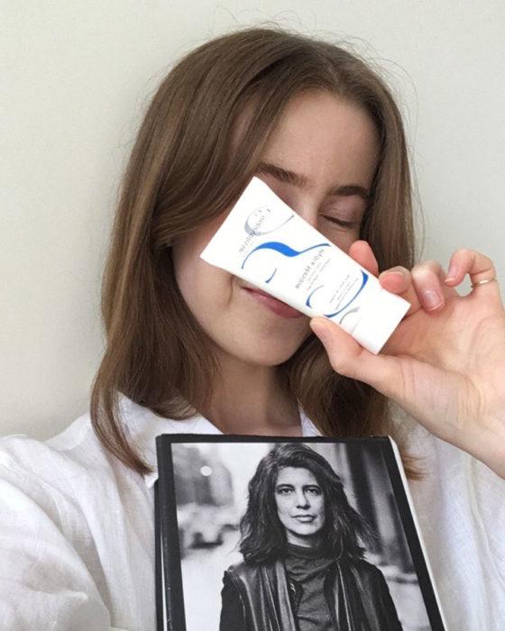 Eline Lund Fjæren med bok og ansiktsmaske