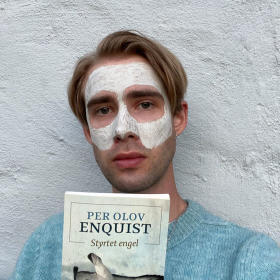 Bendik HK med bok og ansiktsmaske