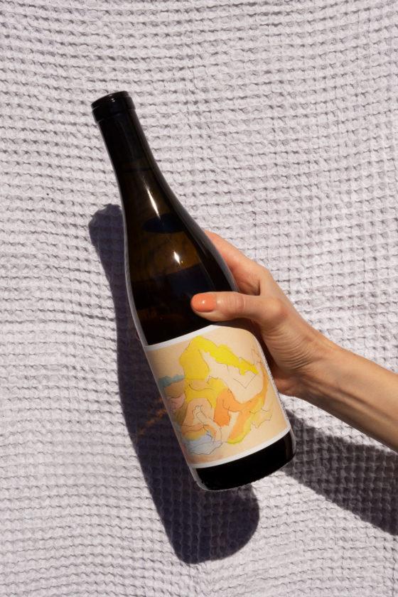Vinflaske i hånd med neglelakk