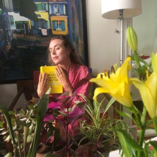 Ragnhild Brochmann med bok