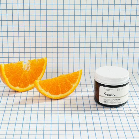 Appelsinskiver og c-vitaminprodukt på smårutete bakgrunn