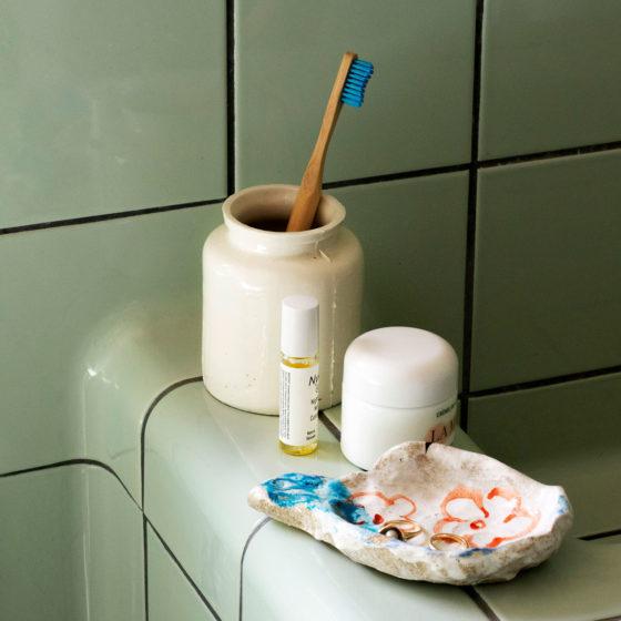 Flislagt vask med keramikk på kanten
