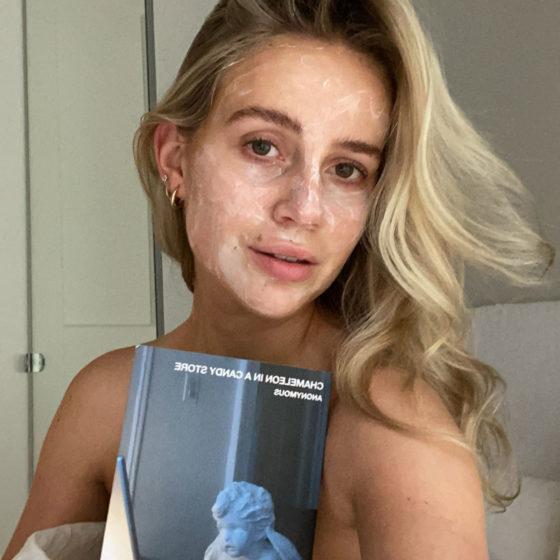 Anniken Jørgensen med bok og ansiktsmaske