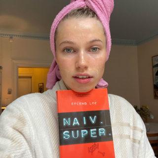 Thea Sofie Loch Næss med bok og ansiktsmaske