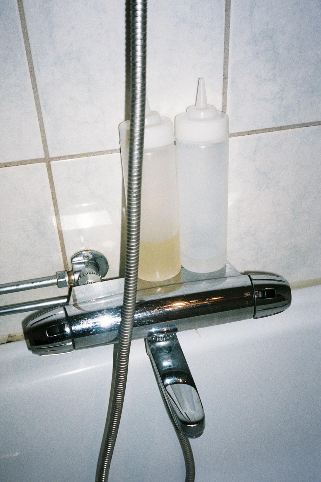 Natron og eplesidereddik i dusjen til Yamile Calderon