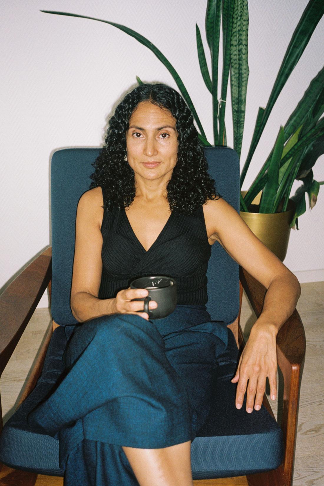 Kunstner Yamile Calderon hjemme i stua