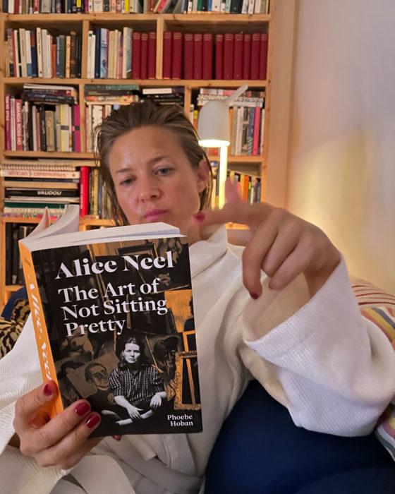 Marianne Hurum med bok og ansiktsmaske