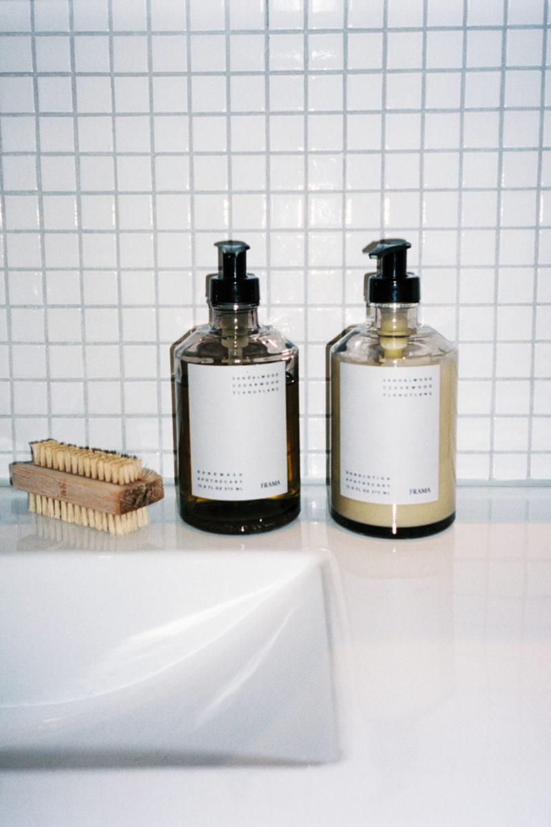 Frama-såpe og -håndkrem på vask