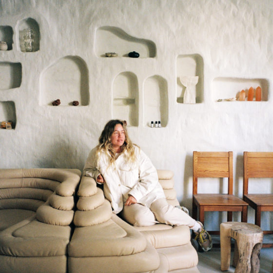 Randi Marie Viksjø sitter i sofaen på Gaia